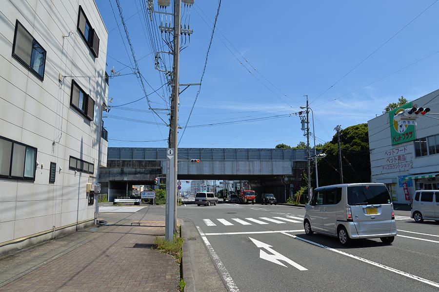石田街道、東名ガードの手前を左折